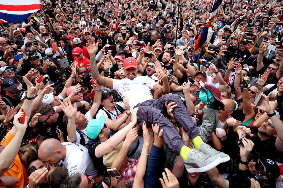 So könnte es theoretisch auch in diesem Jahr wieder aussehen: Nach dem Rennen am 14. Juli 2019 feiern Fans den Sieg von Lewis Hamilton.
