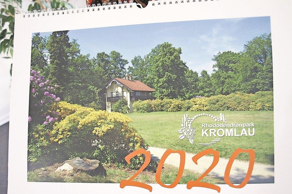 So und ähnlich sahen und sehen die Foto-Kalender aus, die jährlich von der Tourist-Info Kromlau herausgegeben werden und Motive vom Rhododendronpark zeigen.