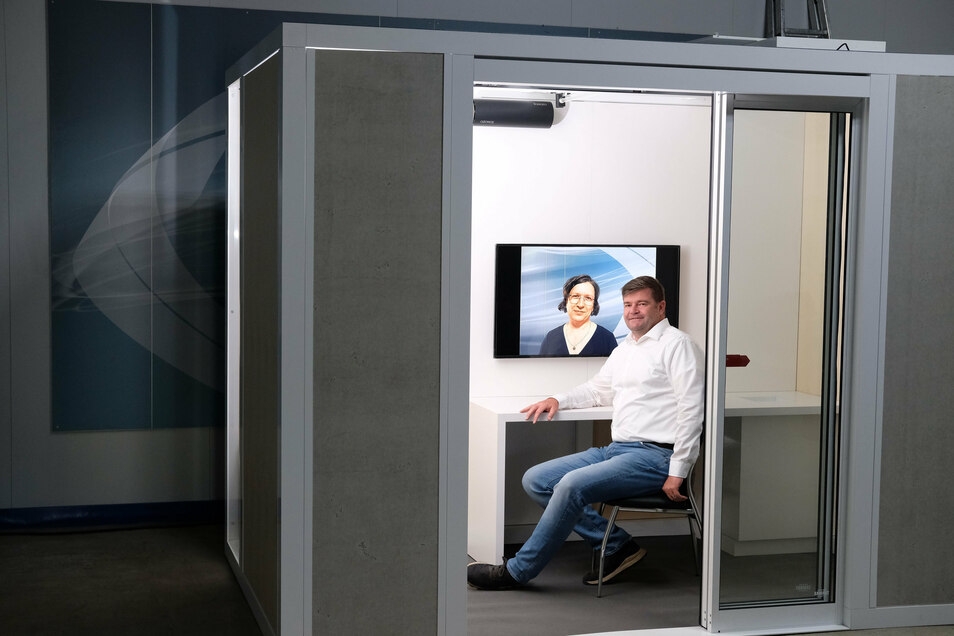Jan Wabst, Geschäftsführer der Seiwo Technik GmbH, sitzt bei einer Präsentation in seinem flexiblen Corona-Schutzraum.