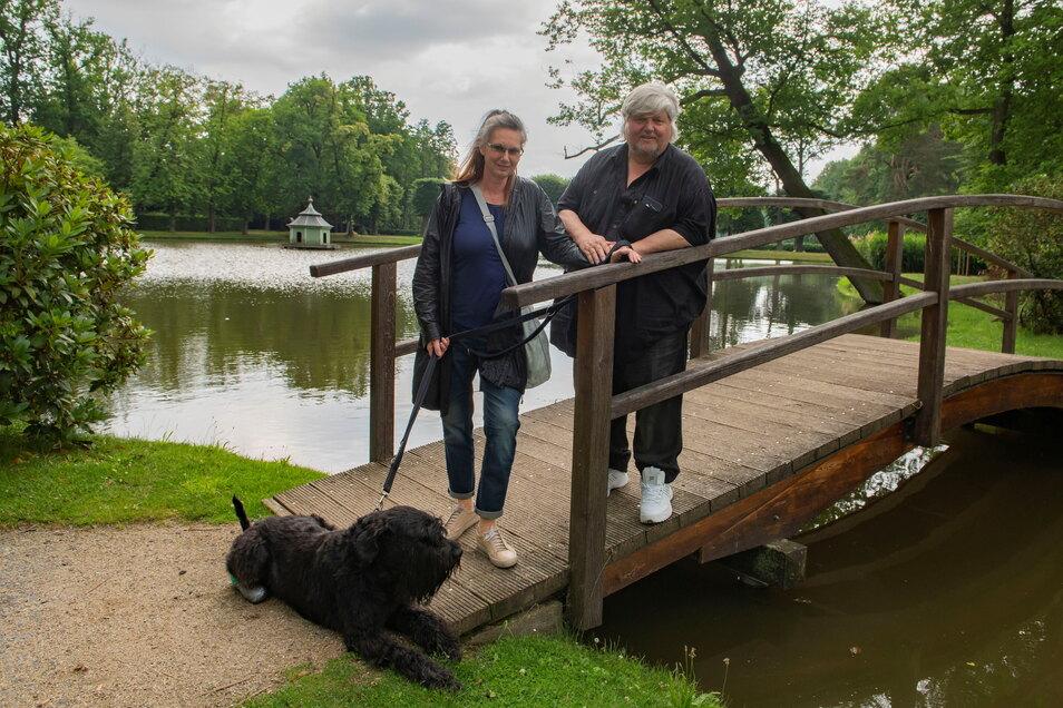 """Jens Fischer und seine Frau Birgit von K.U.L.T.Objekt Dresden diesmal mit Hund Oskar im Barockpark Zabeltitz. Oskar gehört zum """"Personal"""" der Firma und hat als Zuständiger fürs Securitainment (Sicherheit) sogar eine eigene Emailadresse."""