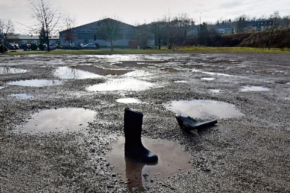 Am besten nur mit Gummistiefeln: Der Parkplatz des Döbelner SC am Gruner-Sportpark gleicht bei Regen einer Seenlandschaft. Im Frühjahr sollen die Löcher wieder mal aufgefüllt werden.