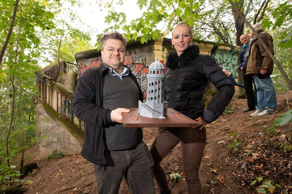 Kristin Sturm und Professor Henning Heuer vom Wiederaufbau Wolfshügelturm e. V. stellten vor der Ruine das 3D-Modell des historischen Bauwerkes vor.
