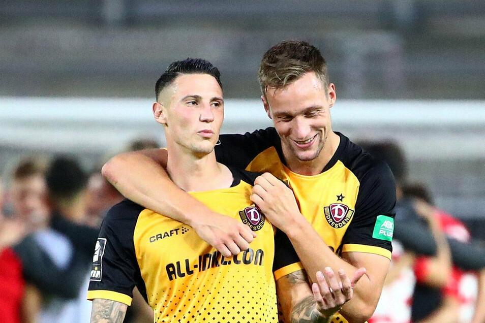 Tim Knipping (r.) liegt sich nach Dynamos Sieg in Kaiserslautern mit Pangiotis Vlachodimos im Arm. Bei aller Freude: Es gibt auch Anlass für Kritik.