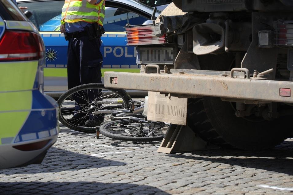 Der Radfahrer wurde an der Kreuzung Stauffenbergallee/Rudolf-Leonhard-Straße von einem Lkw erfasst.