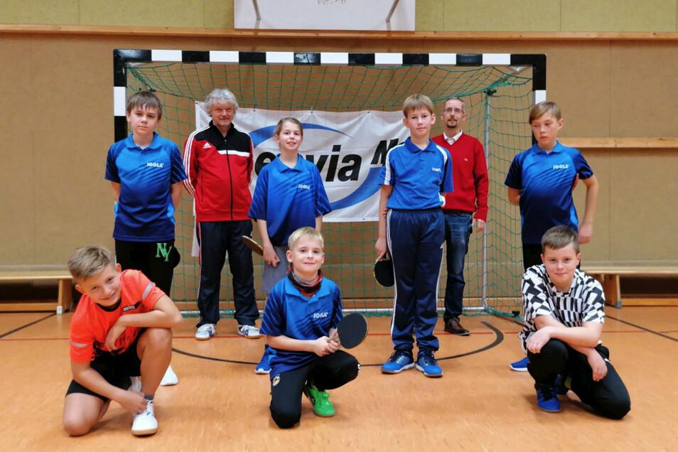 Die Teilnehmer am Trainings-Camp beim gemeinsamen Gruppenfoto mit dem Bürgermeister von Lauta Frank Lehmann.