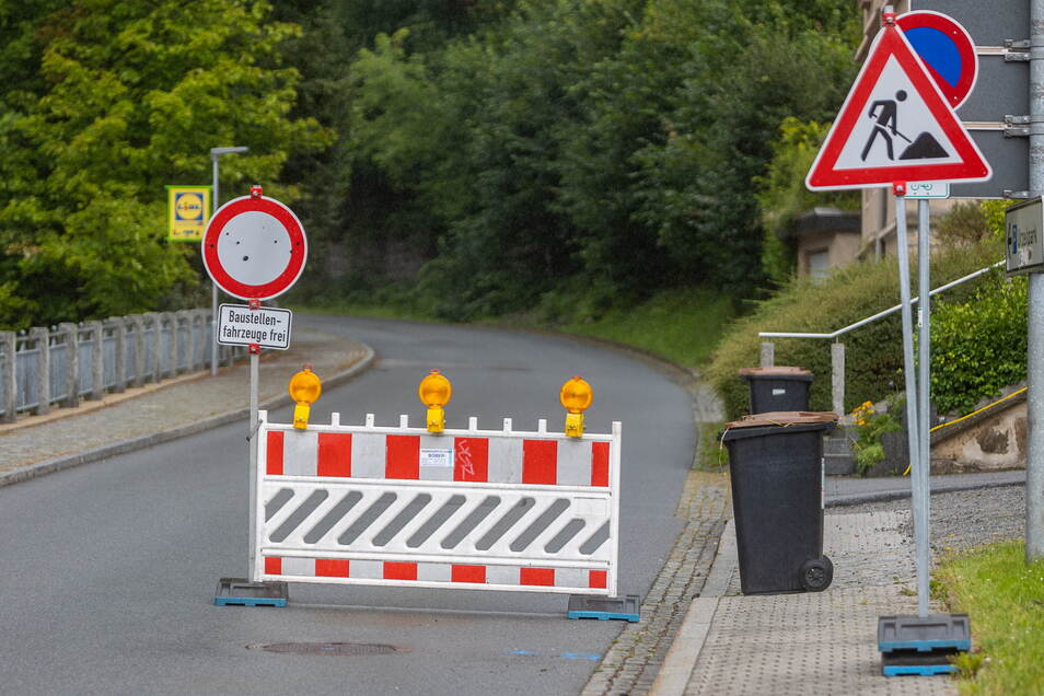 Sperrung auf der Böhmische Straße in Sebnitz. Abends und nachts darf die Straße auch offiziell befahren werden.