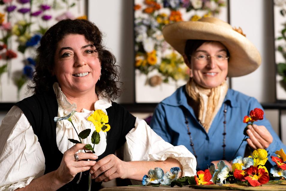 Blümeln wie früher: Andrea Bigge (li.) und Andrea Reimann laden zur Sebnitzer Museumsnacht in die Kunstblumenmanufaktur ein.