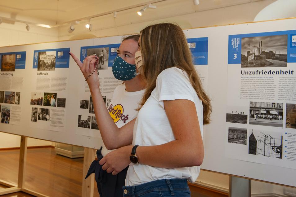 Im Museum schauen sich Schüler vom Geschichts-Leistungskurs des Siemens-Gymnasiums Großenhain die Sonderausstellung zum 30-jährigen Jubiläum der deutschen Einheit an. Emma Würffel (r.) und Anna Kretzschmar diskutieren über Exponate.