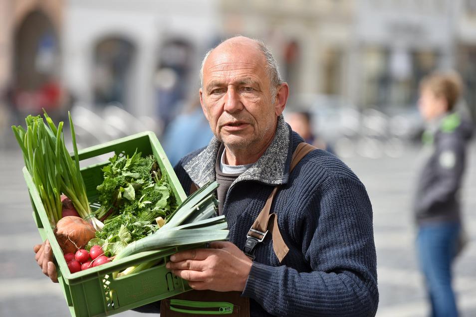 Michael Schostek setzt sich dafür ein, dass wieder alle Händler am Mittwoch auf dem Zittauer Markt ihre Produkte verkaufen dürfen.