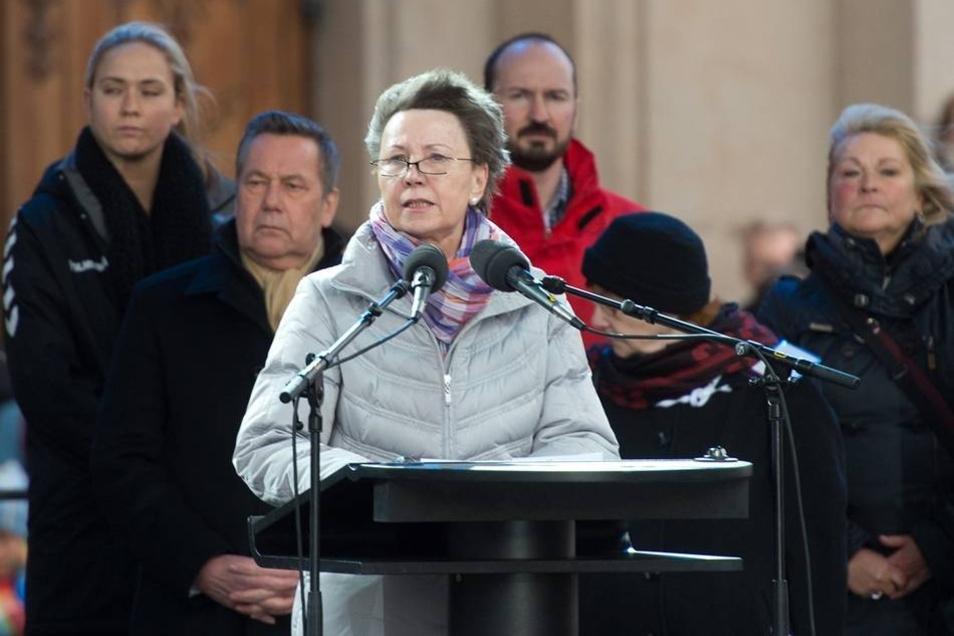 """Die Oberbürgermeisterin von Dresden, Helma Orosz (CDU), spricht zu den Teilnehmern. """"Wir lassen uns durch keinen Hass spalten"""", sagt sie."""