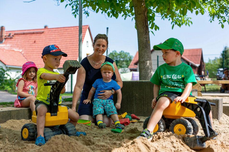 """Tina Reichel kümmert sich  um ihre Schützlinge in der Kita """"Knirpsenstadt"""" im Dippoldiswalder Ortsteil Hennersdorf."""