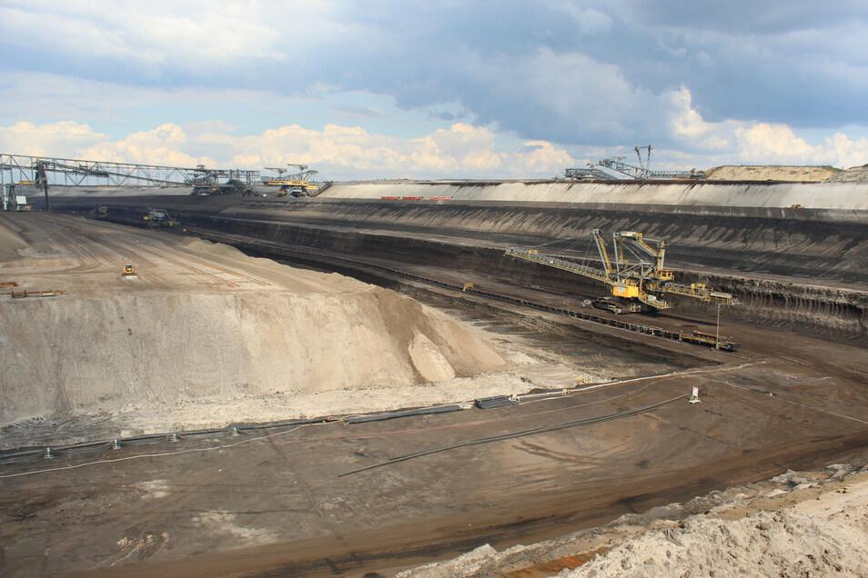 Die Abraumförderbrücke im Tagebau Welzow-Süd besteht aus zwei Eimerkettenbaggern und einer über 500 Meter langen Bandbrücke. Der Tagebau erzielt derzeit das größte Fördervolumen unter den Leag-Tagebauen.