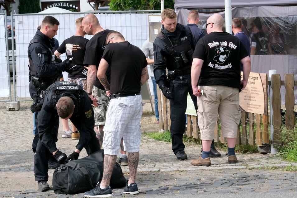 """Im Umfeld des """"Schild & Schwert-Festivals"""" in Ostritz gibt es immer umfangreiche Polizeikontrollen."""
