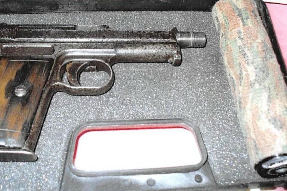 Diese Pistole, eine Mauser Modell 1914, samt Patronen und Schalldämpfer fanden die Ermittler im Hause von Canals.