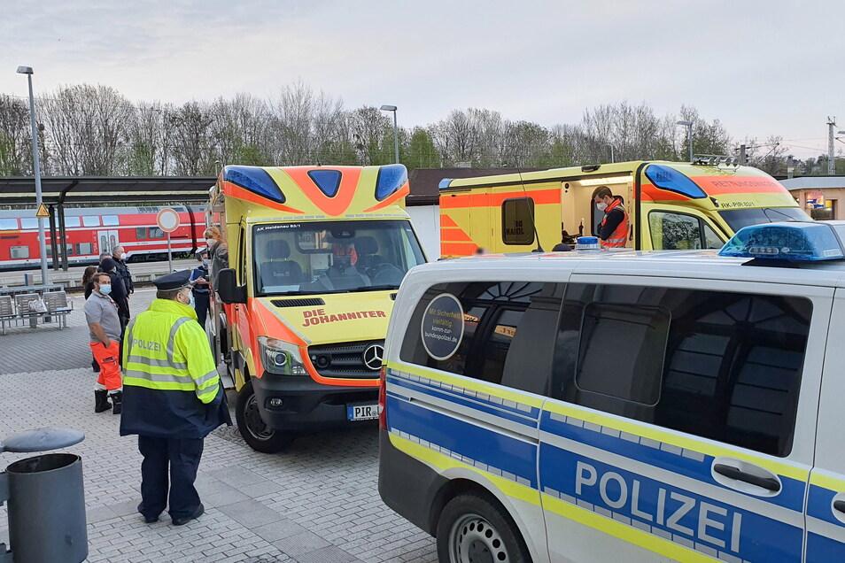 Vor dem Bahnhof in Pirna gab es am Sonnabend eine tätliche Auseinandersetzung, bei der zwei Personen leicht verletzt wurden.
