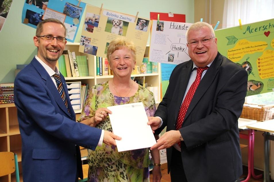 Schulleiterin Monika Simmank freute sich mit Bürgermeister Frank Lehmann (l.) über den Millionen-Bescheid, den Staatssekretär Herbert Wolff überbrachte.