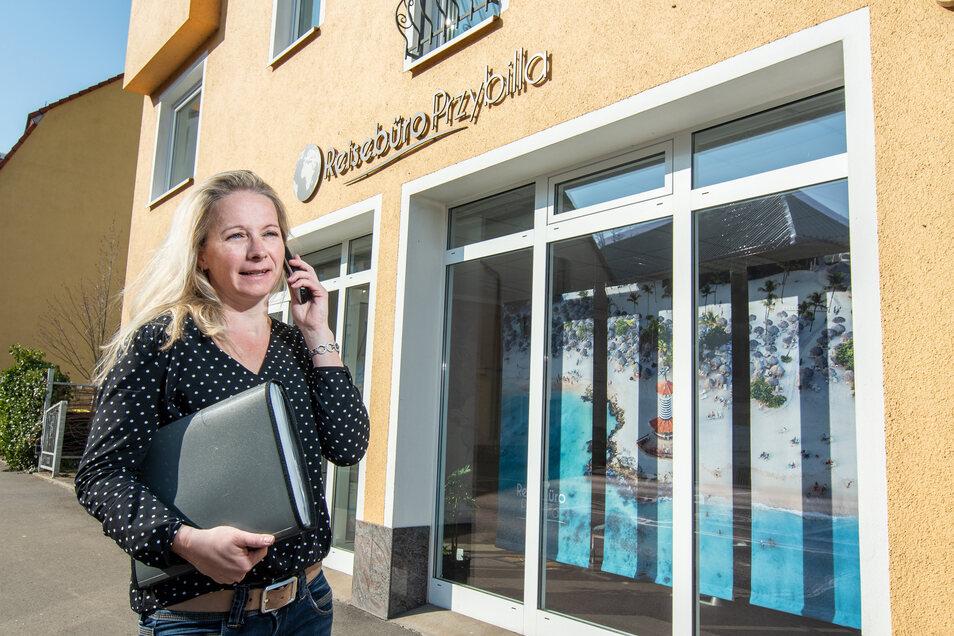 Wie alle Reisebüros darf auch Sandy Przybilla ihr Geschäft an der Kleinen Kirchgasse in Döbeln nicht öffnen. Mit ihren Kunden ist sie trotzdem per Telefon und E-Mail in Kontakt und hilft derzeit hauptsächlich bei Umbuchungen und Stornierungen.