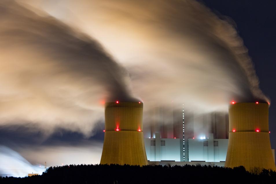 Wasserdampf steigt aus den Kühltürmen des Braunkohlekraftwerks Schwarze Pumpe. Doch der Kohleausstieg kommt, der Lausitz steht ein tiefgreifender Strukturwandel bevor. Dafür fordert die FDP einen Staatsvertrag.