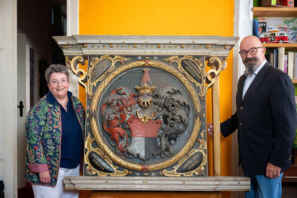 Nicoline Freifrau von Ulmenstein verwaltet das Archiv des Familienverbandes derer von Gersdorff. Peter von Gersdorff ist ihr Bruder. Die Inschrift unter dem Wappen ist im Moment abmontiert.