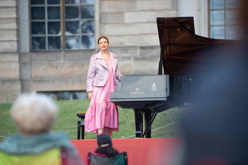 Pianistin Maria Burnaeva spielt bei der Eröffnung des Palaissommers, Japanisches Palais.