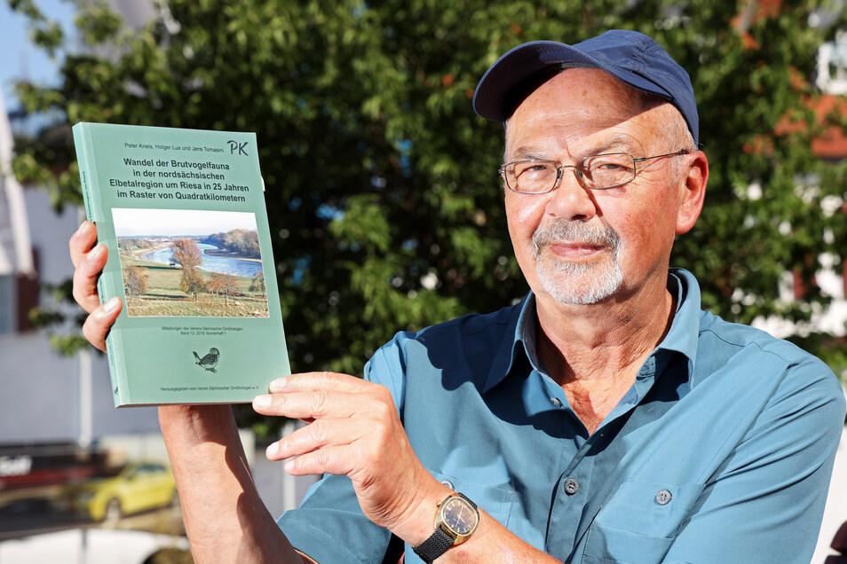 21 Vogel-Experten waren zwei Jahre lang im Altkreis Riesa unterwegs, um Arten zu zählen. Ornithologe Peter Kneis zeigt das Buch, das nun aus dieser Erhebung entstanden ist.