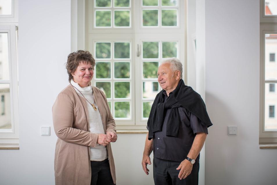 Andrea Strümpel und Berndt Dietze in der Musterwohnung im Fürstlichen Haus, die einen Erker und Blick auf das Taschenbergpalais und Residenzschloss hat.