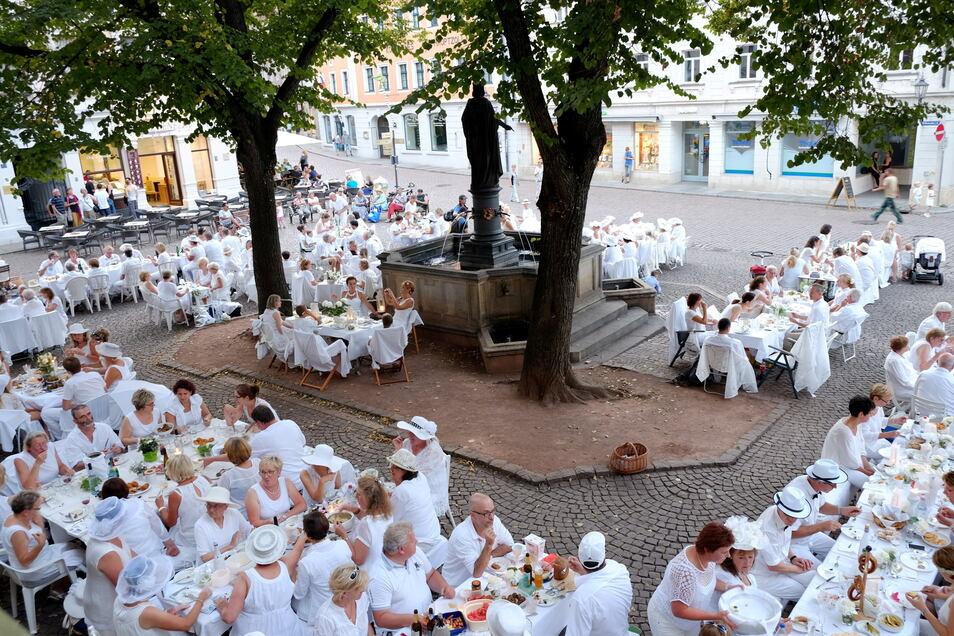 In der Vergangenheit fand das Dinner in Weiß in Meißen auch schon einmal auf dem Heinrichsplatz statt.