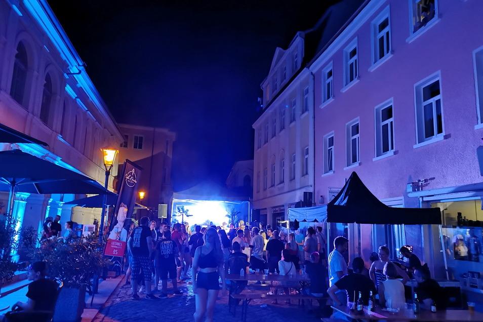 Bis weit nach 22 Uhr tanzten die Menschen auf dem Altstadtpflaster. Nach der langen Corona-Pause war die Fete de la Musique eine willkommene Abwechslung.