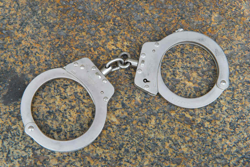 Ein 27 und ein 50 Jahre alter Serbe wurden festgenommen und einem Haftrichter vorgeführt. Sie sollen Arbeiter in vielen Fällen schwarz beschäftigt haben