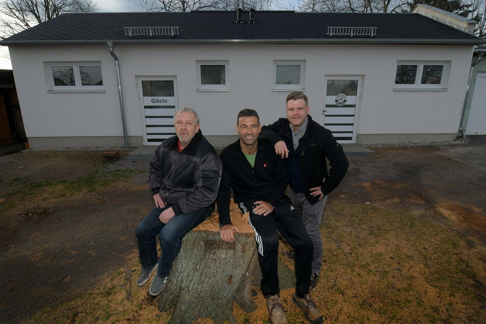 Lutz Schmidt, René Lässig und Nils Megel (von links) freuen sich über den Neubau mit Umkleide- und Sanitärräumen. Jetzt ist ein weiteres Funktionsgebäude geplant.