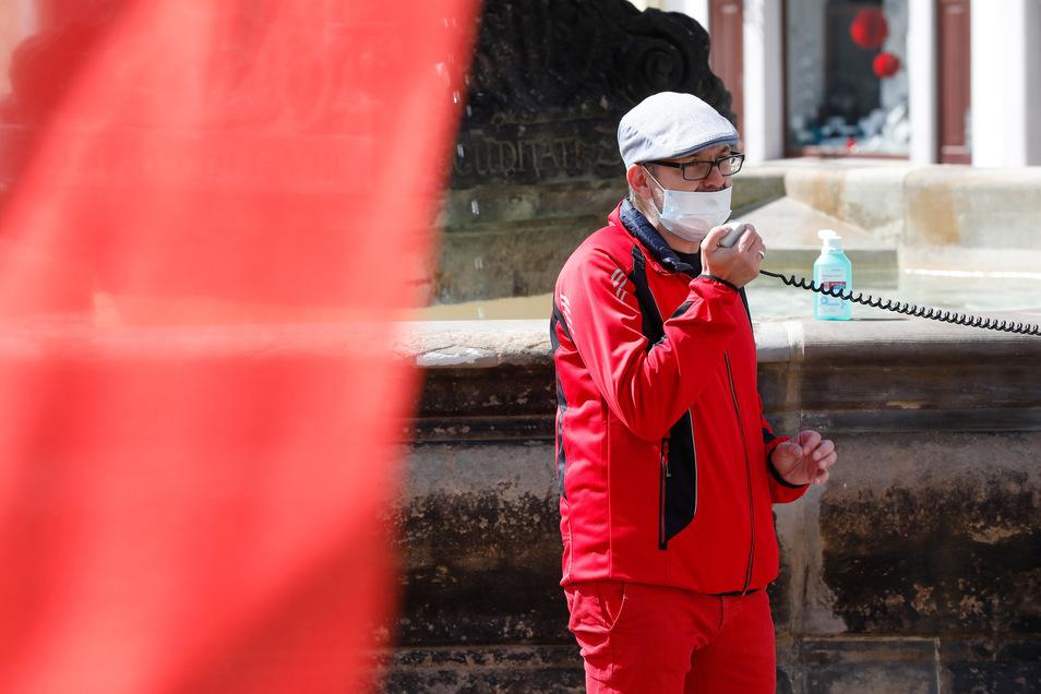 Die Redner mussten Mundschutz tragen. Hier: Jens Hentschel-Thöricht von den Linken.