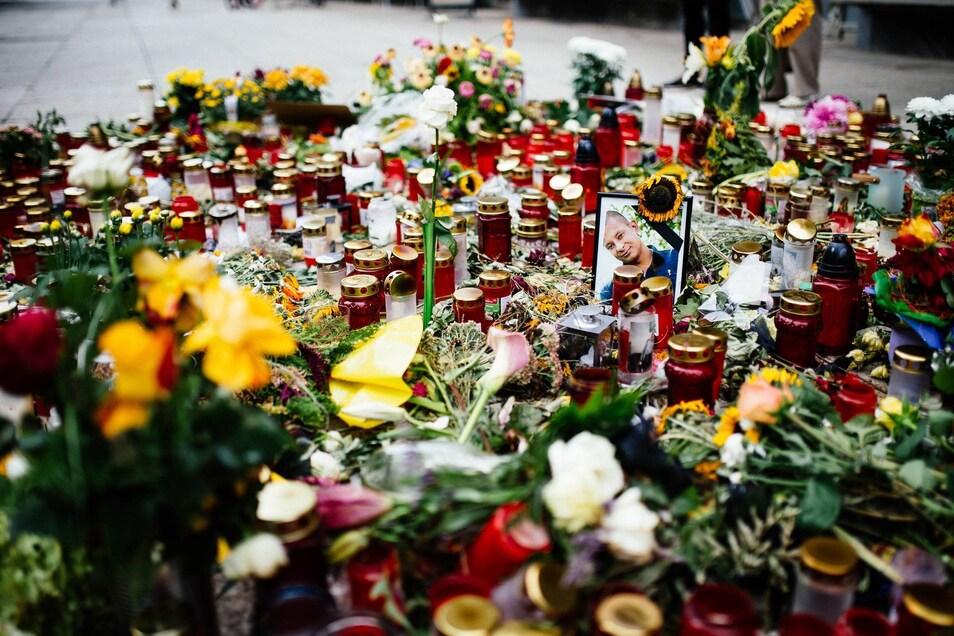 Blumen und Kerzen erinnerten am Tatort an den  verstorbenen Daniel H..