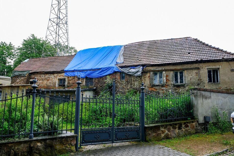 Kein schöner Anblick: Das alte Ausschankhaus ist nur noch eine Ruine. Der Besitzer will es sanieren und vergrößern. Der Denkmalschutz lehnt seine Entwürfe für einen Anbau ab, weil das alte Erscheinungsbild bewahrt bleiben soll.