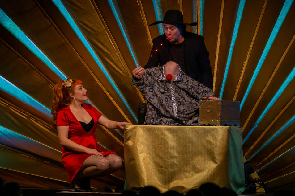 """Milko Bräuer als französischer """"magischer Herzensbrecher"""" Laurice mit einer Sängerin des Trios """"The Pearlettes""""."""