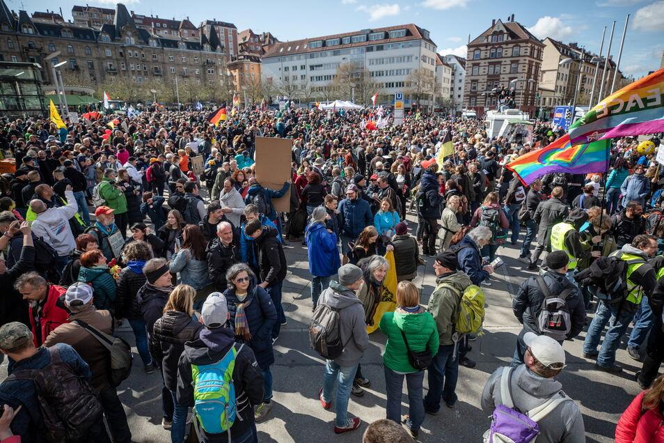 """Zahlreiche Menschen nehmen auf dem Marienplatz in Stuttgart an einer """"Querdenken""""-Demonstration teil."""