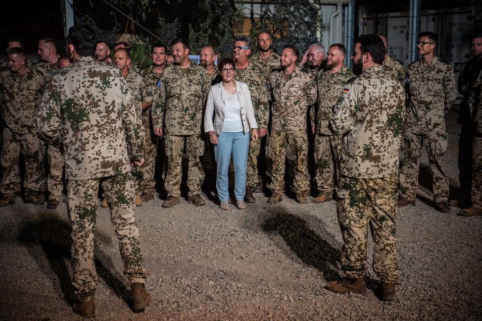 Bundesverteidigungsministerin Annegret Kramp-Karrenbauer (M, CDU) will die Einsatzbereitschaft der Bundeswehr deutlich erhöhen.