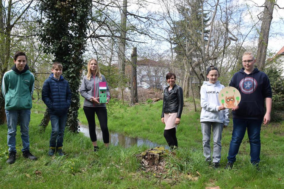 Johanneumschüler der Klasse 7b, die Mitglieder der AG Help for nature sind. AG-Leiterin Silvia Scheibe ist die Dritte von rechts.