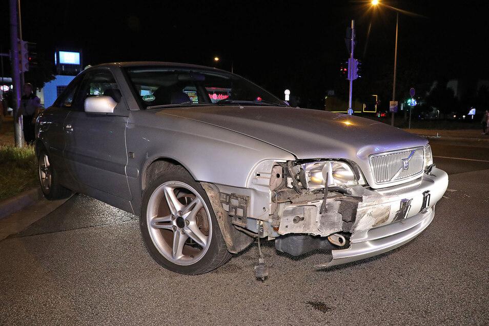 Der unfallbeteiligte Volvo wurde bei der Kollision ebenfalls beschädigt.