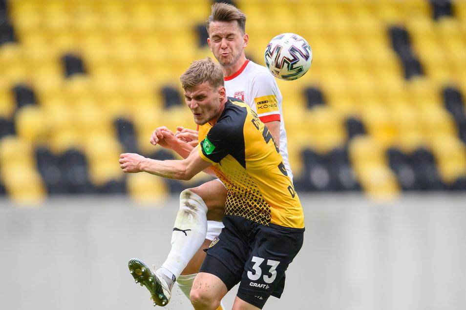 Das tut weh: Christoph Daferner verliert den Zweikampf gegen Halles Jannes Vollert. Dynamo liegt 0:2 zurück.