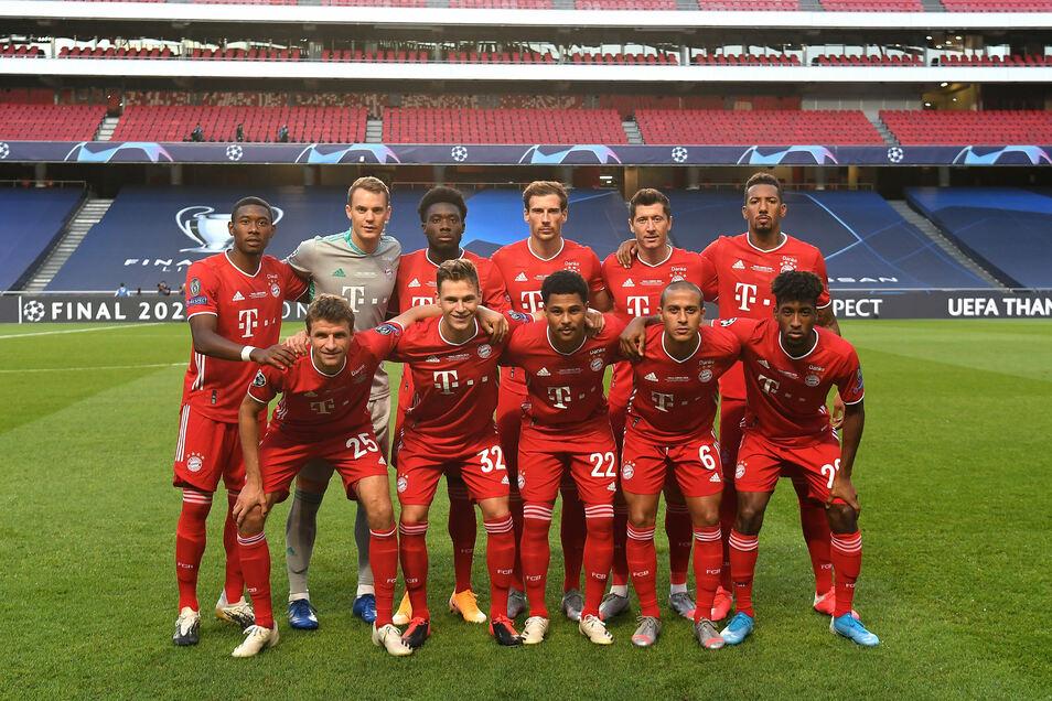Die Bayern posieren für das Mannschaftsfoto.