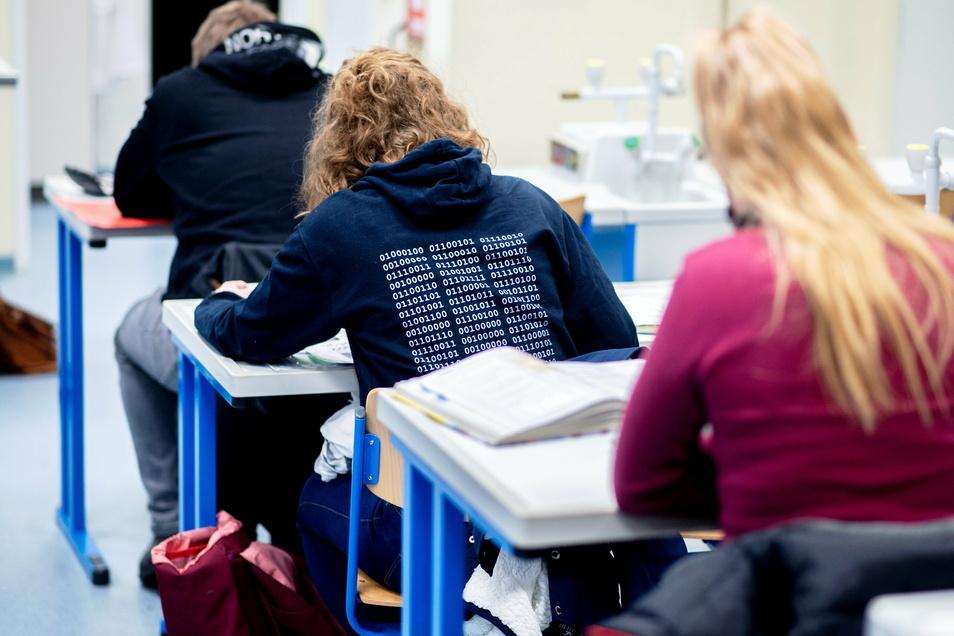 Abschlussklassen in Sachsen können weiterhin im Präsenzunterricht die Schulen besuchen.