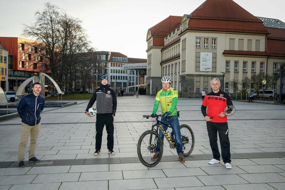 Die Fußball-Übungsleiter bei Budissa, Swen Fromelius und André Domsch, der Bautzener Triathlet Maik Petzold und Stadtrat Mike Hauschild (von links) rufen zum gemeinsamen Sporttreiben an Silvester auf.
