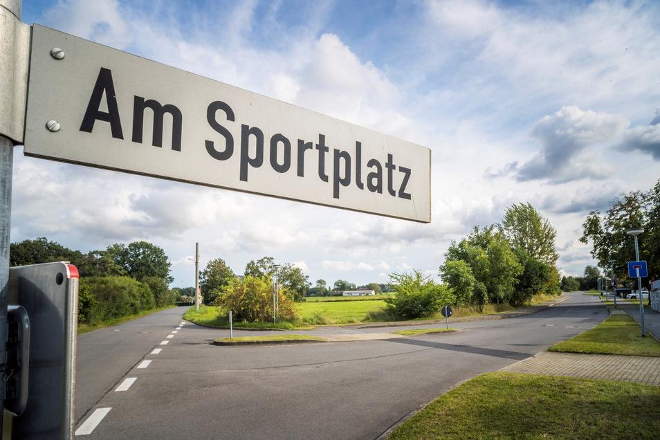 Die Straße Am Sportplatz in Jahnishausen: Links geht es Richtung Nickritz oder Böhlen, rechts hinein ins bestehende Wohngebiet. Auf die geradeaus gelegene Grünfläche sollen bald weitere Wohnhäuser kommen können.