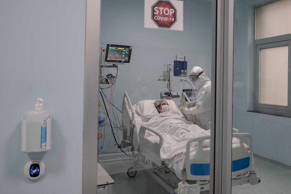 Ein Mediziner behandelt einen Corona-Patienten auf der Intensivstationen eines Krankenhauses.
