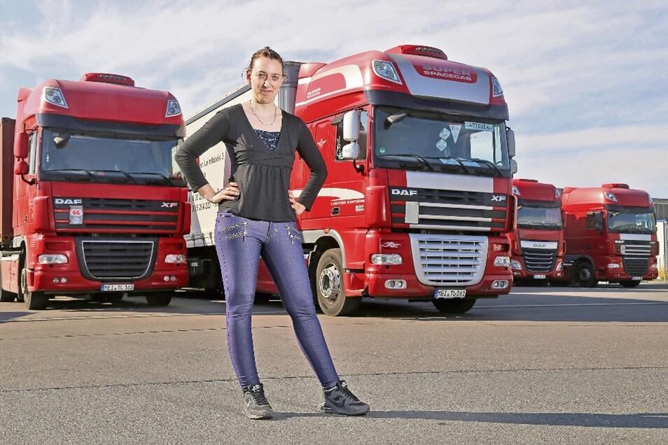 Diana Petzold vor ihrem Lkw auf dem Betriebsgelände von Tralo in Strehla. Seit drei Jahren fährt die Riesaerin für das Unternehmen und transportiert Güter für Firmen in der Region.