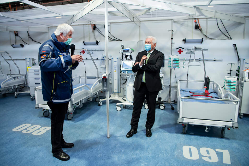 Bundespräsident Frank-Walter Steinmeier beim Besuch des Reservekrankenhauses auf dem Berliner Messegelände.