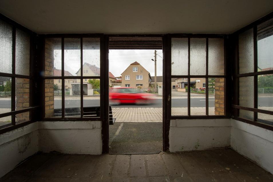 Das Buswartehäuschen in Folbern bekommt neuen Putz und neue Fenster.