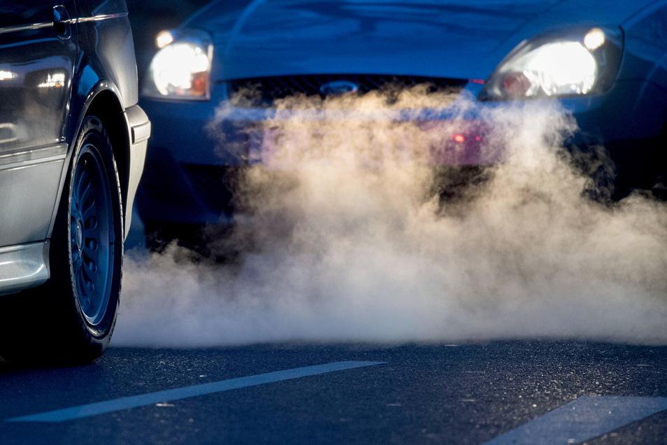 Rauchzeichen deuten: Wie lange werden die Hersteller noch Autos mit Verbrenner anbieten? Einige haben bereits einen Ausstiegsplan vorgestellt.