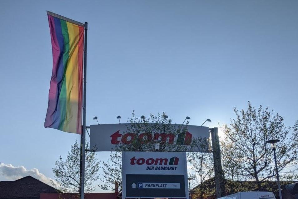 Beim Toom-Baumarkt in Gompitz, Dresden hängen die Regenbogenfahnen noch immer.