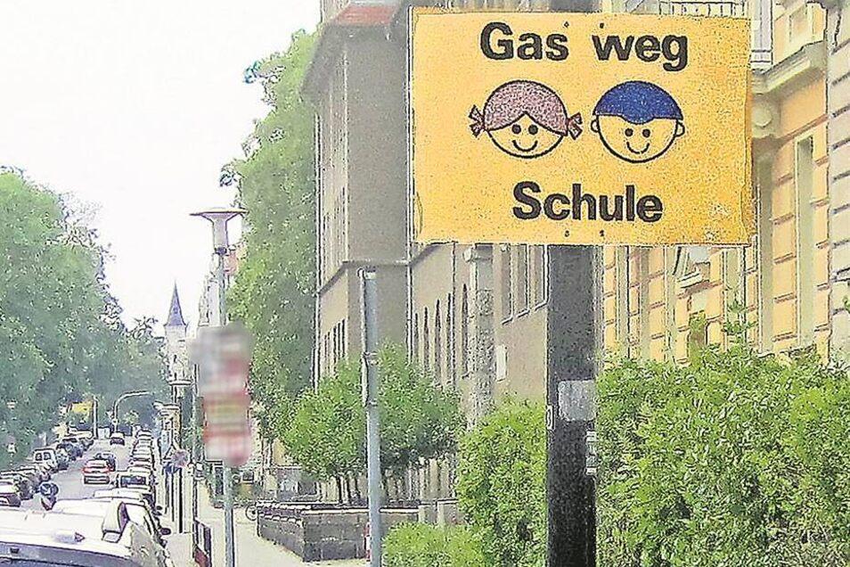 Als das Hinweisschild angebracht wurde, gab es noch die Grundschule Carl-von-Ossietzky-Straße. Längst ist diese weg, folglich hat auch das Schild an dieser Stelle keine Berechtigung mehr.